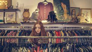 洋服店にいる女性